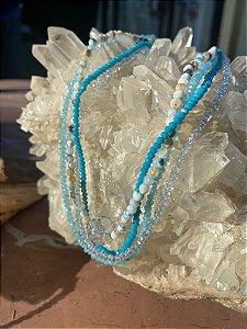 Colar gargantilha de camadas sofisticado com cristais tchecos lapidados em tons azul claro e pedras naturais