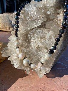 Colar curto sofisticado com nó e pérolas barrocas negras e brancas.