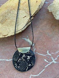 Colar longo com cordão de seda preto e pingente trabalhado e detalhe de metal banhado.