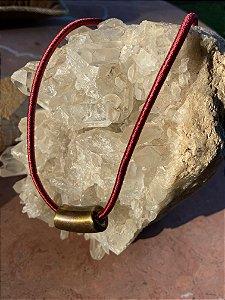 Colar curto,cordão de seda cor marsala e pingente dourado.