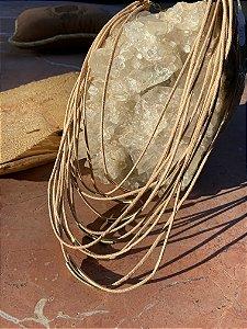 Colar curto, camadas de cordão cru e detalhes de metal banhado.