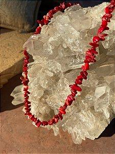 Colar curto de cascalhos de pedra coral.
