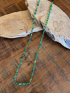 Colar longo alfinetado de cascalhos e pedras quartzo verde.