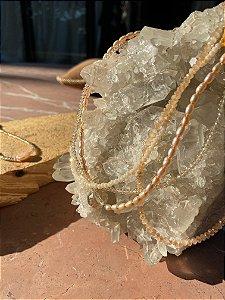 Colar gargantilha de camadas sofisticado com cristais tchecos lapidados em tons claros e pérolas barrocas, cristal lapidado ao centro.