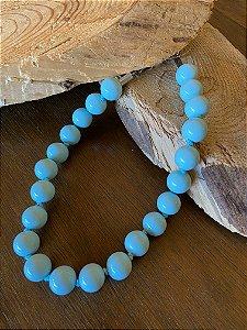 Colar curto de nó com esferas em polímero azul celeste.