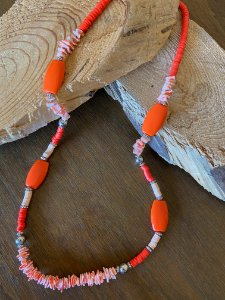 Colar longo misto com cascalhos de pedra,borrachinhas indianas,peças grandes em polímero e detalhes em metal banhado.