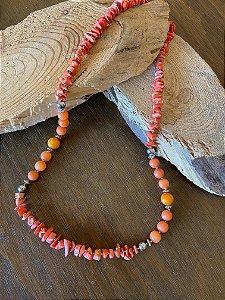 Colar longo de cascalhos e pedras ágata laranja e detalhes em metal banhado.