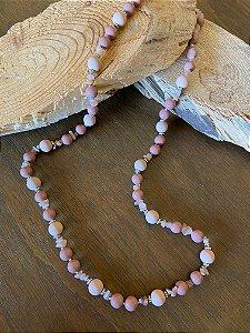 Colar longo de esferas em tons de rosè e cascalhos de pedras naturais.
