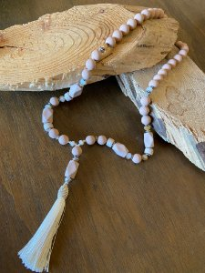 Colar longo de peças em polímero rosè e pingente de seda cru.