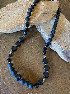 Colar longo de esferas em polímero preto e foscos e detalhes metal banhado.