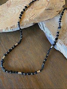 Colar longo de cascalhos e esferas de vidro(tipo murano)  e peças em metal banhado.