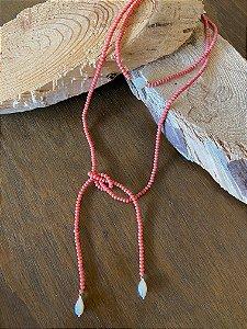 Colar duplo de amarrar com cristais tchecos lapidados cor coral e pingentes de pérolas barrocas.