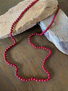 Colar longo com nó de esferas de vidro(tipo murano) avermelhadas.