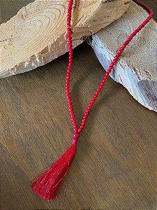 Colar longo de esferas vermelhas,com pingente de seda.