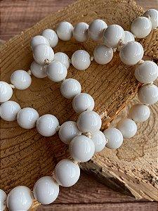 Colar longo de nó com esferas em polímero branco.
