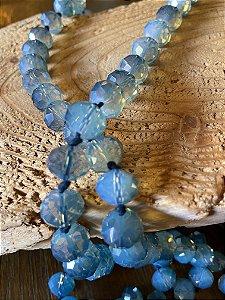 Colar longo com nó, de cristais grandes lapidados azul translúcido.
