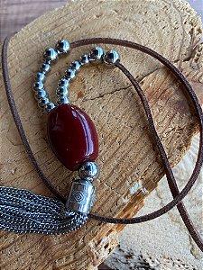 Colar longo de cordão ,peça em polímero cor marsala e pingente e detalhes de metal banhado.