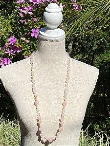 Colar longo de pedras e cascalhos de quartzo rosa e pérolas barrocas.