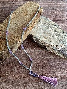 Colar longo de pérolas pequenas,cascalhos,cristais translúcidos e pingente de fio de seda.