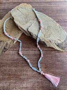 Colar longo de pérolas e cascalhos de pedra jaspe rosa e pingente de seda rosè.