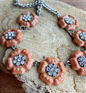 Colar curto flores com detalhes de zircônia e metal banhado.