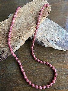Colar longo com nó  e esferas em polímero rosa trabalhadas.