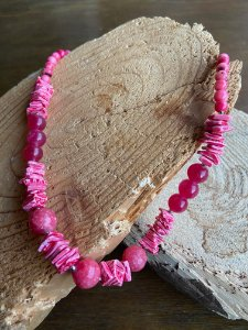 Colar curto de cascalhos e pedras jaspe rosa e detalhes de metal banhado.