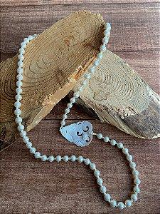 Colar longo de pérolas pequenas e grandes e pingente de madre pérola.