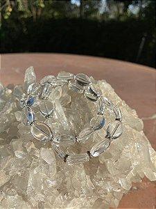 Conjunto de pulseiras de cristais translúcidos e entremeio de metal banhado.