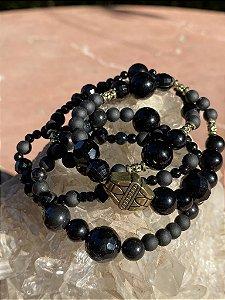 Conjunto de pulseiras de esferas em polímero lapidadas e foscas negras, e detalhes indianos com metal banhado.