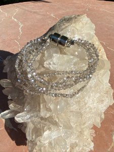 Conjunto de pulseiras de cristais tchecos lapidados translúcidos com fecho de imã.