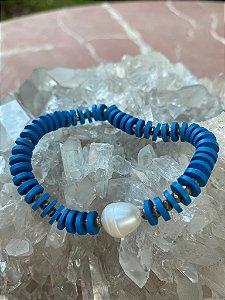 Pulseira de borrachinhas indianas cor azul royal,pérola barroca ao centro e detalhes de metal banhado.