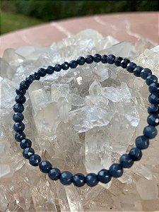 Pulseira de pedra lapis lazuli lapidada.
