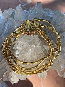 Conjunto de pulseiras de metal banhado e fecho de imã.