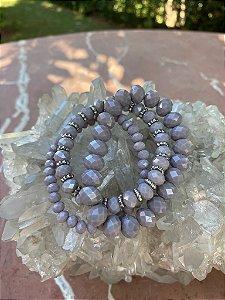 Conjunto de pulseiras cristais tchecos lapidados cor lavanda e detalhes em metal banhado.
