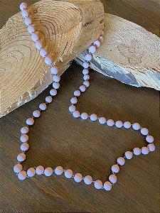 Colar longo alfinetado com esferas opacas rosè.