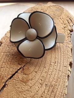 Fivela presilha acetado de flor cru em volta preto.