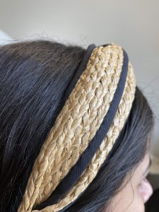 Tiara de palha cru com detalhe preto de nó.