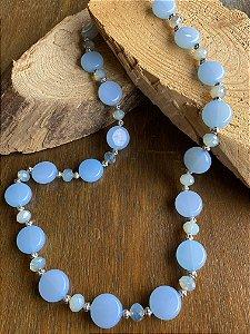 Colar longo de esferas em polímero azul celeste,cristais tchecos lapidados translúcidos e entremeios de metal banhado.