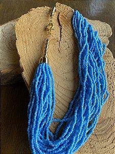 Colar curto de camadas de miçangas azul e detalhes de metal banhado.
