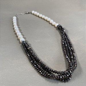 Colar curto de pérolas barrocas, camadas de cristais tchecos lapidados fumê e detalhes de micro zircônias negras.