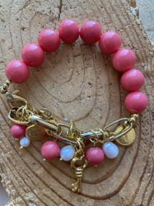 Pulseira com fecho,  esferas de vidro (tipo murano) rosa ,pingentes diversos em metal banhado.