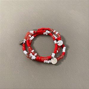 Conjunto de pulseiras de miçangas coral e branco , entremeios e pingentes de metal banhado.