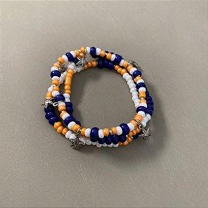 Conjunto de pulseiras de miçangas multicores , entremeios e pingentes de metal banhado.