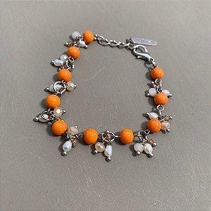 Pulseira com fecho, alfinetada de vidro (tipo murano) laranja ,pingentes de pérolas barrocas e cristais tchecos lapidados.