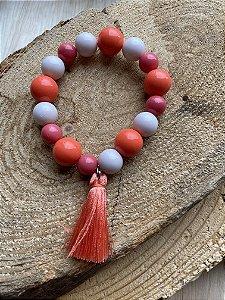 Pulseira de esferas de vidro (tipo murano) e polímero coral e rosè e pingente fio de seda.