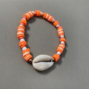 Pulseira mista de borrachinhas indianas , miçangas laranjas e brancas, com búzio ao centro.