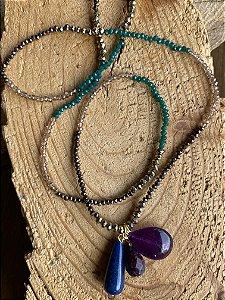 Colar longo mix de cores de cristais tchecos lapidados e pingentes de pedras naturais.