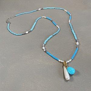 Colar longo de cristais tchecos lapidados azuis, pérolas barrocas, entremeios de estrelas e detalhes em metal banhado, pingentes de gota de murano.