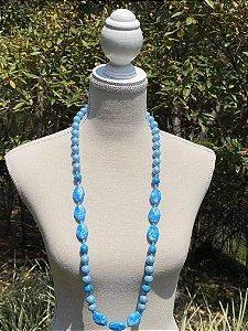 Colar longo de peças em polímero azul fosco,pedras turquesas e cristais tchecos lapidados.